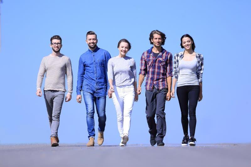 Equipo de gente joven acertada outdoors imagen de archivo libre de regalías