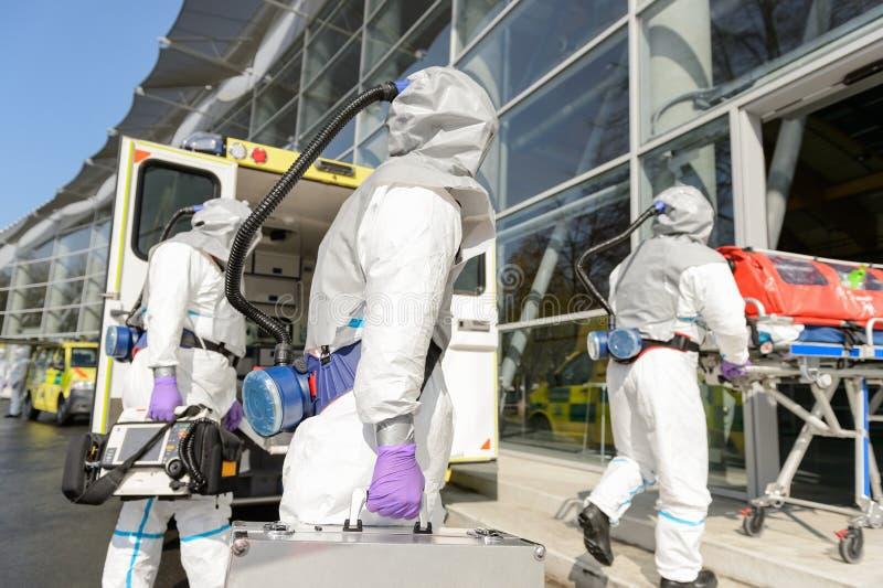 Equipo de HAZMAT que entra en el edificio contaminado fotografía de archivo libre de regalías