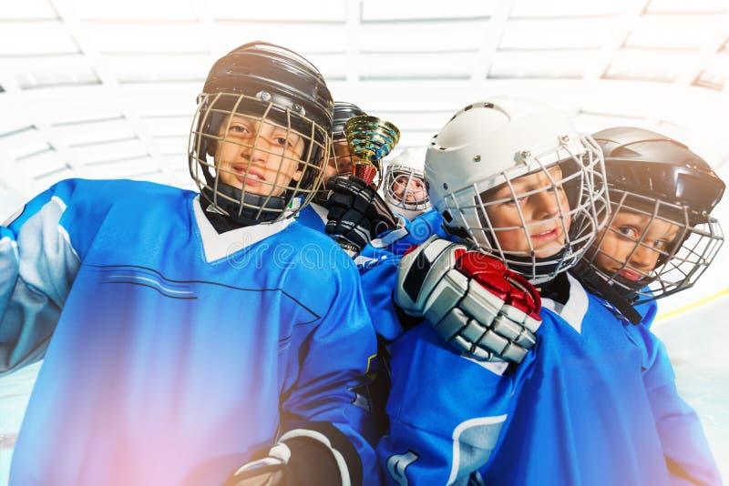 Equipo de hockey del hielo del ` s de los niños que celebra la victoria fotos de archivo