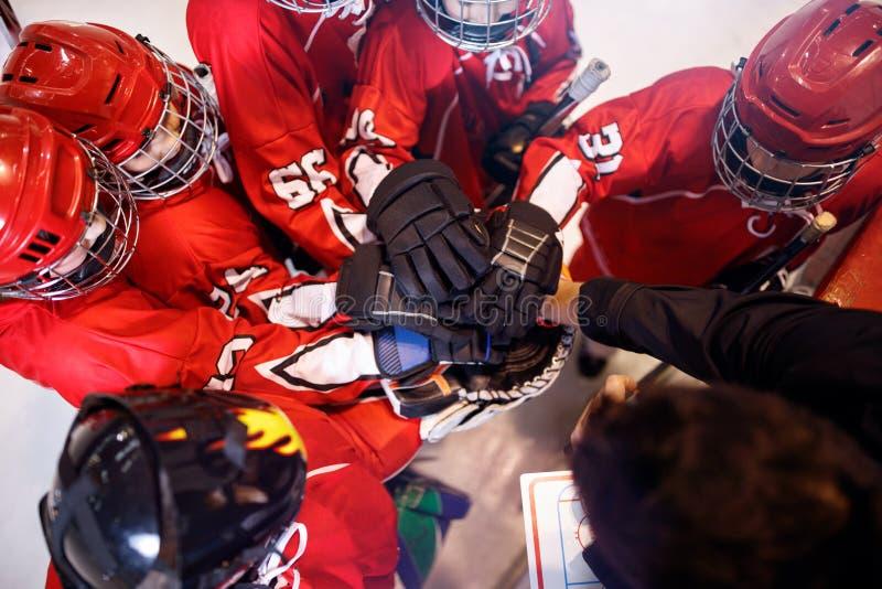 Equipo de hockey que trabaja en trabajo en equipo del triunfo junto foto de archivo libre de regalías