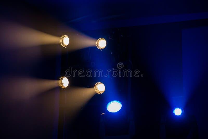 Equipo de iluminación del teatro Los rayos ligeros del proyector a través del humo de teatro imagen de archivo
