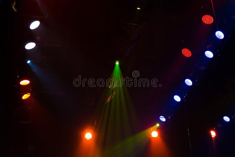 Equipo de iluminación en la etapa de un teatro o de una sala de conciertos Los rayos de la luz de proyectores Halógeno y bombilla imagenes de archivo