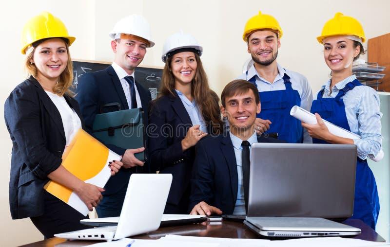 Equipo de ingenieros arquitectónicos imagenes de archivo