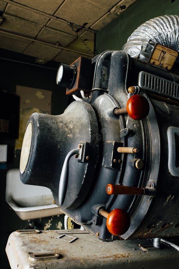 Equipo de intensidad alta sin igual abandonado de la proyección de la lámpara de Magnarc - teatro de variedad abandonado - Clevel foto de archivo