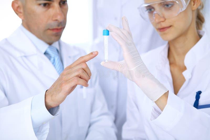 Equipo de investigadores científicos en laboratorio que estudian sustancias o la muestra de sangre Nueva vacuna para el industr d imagenes de archivo