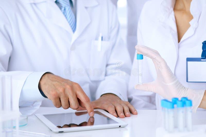 Equipo de investigadores científicos en laboratorio que estudian sustancias o la muestra de sangre Nueva vacuna para el industr d fotografía de archivo libre de regalías