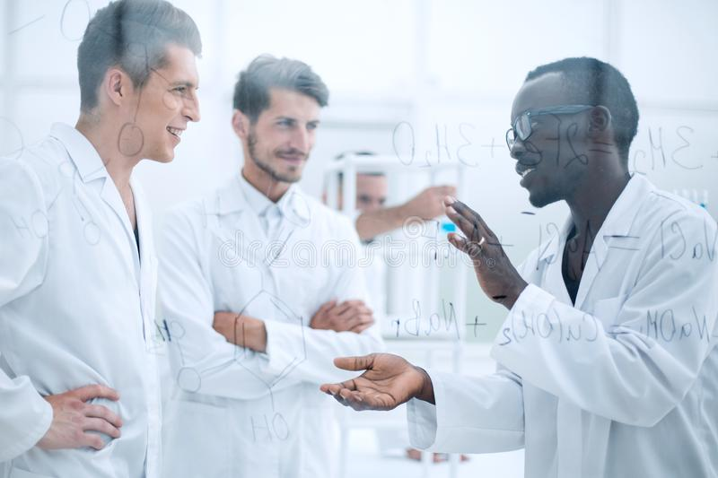 Equipo de investigadores de los biólogos que trabajan en laboratorio imagen de archivo libre de regalías