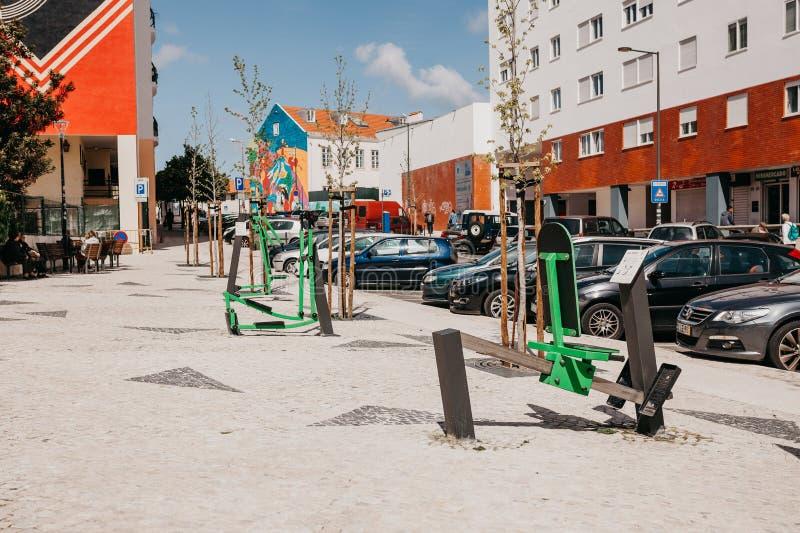 Equipo de la aptitud de los deportes al aire libre para el ejercicio físico en Lisboa fotos de archivo libres de regalías