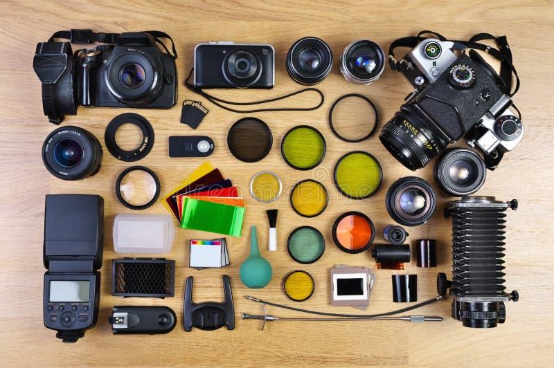 Equipo de la cámara digital con las lentes y los accesorios fotografía de archivo libre de regalías