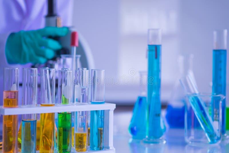 Equipo de la cristalería del laboratorio de ciencia diverso, mano del fondo de científicos está probando la investigación imagen de archivo libre de regalías