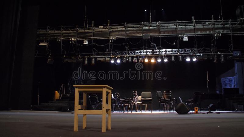 Equipo de la etapa para un concierto Etapa vacía antes del concierto Instalación y escena de la preparación para el concierto pre imagen de archivo
