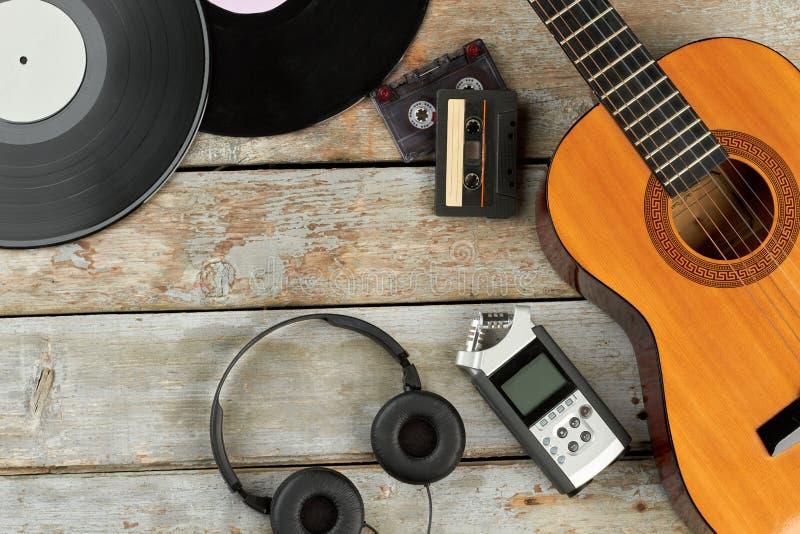 Equipo de la música del vintage en los tableros de madera imagenes de archivo