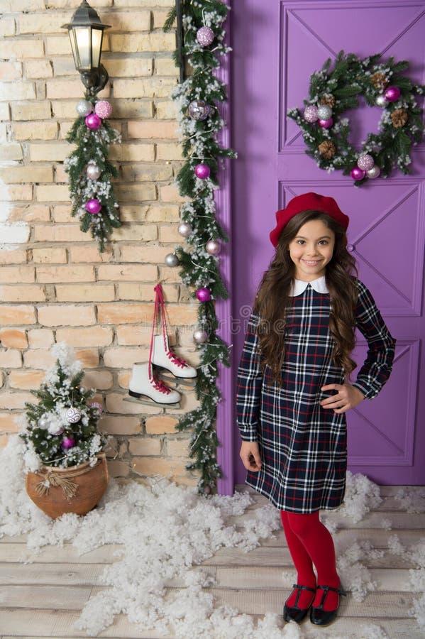 Equipo de la moda de la Navidad La Navidad lista de la reunión de la muchacha linda del niño y Año Nuevo Concepto de las vacacion fotografía de archivo libre de regalías