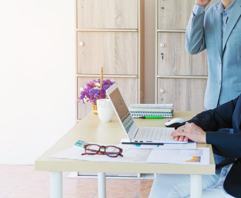 equipo de la mujer de negocios que trabaja con el ordenador portátil, calculadora, lentes imágenes de archivo libres de regalías