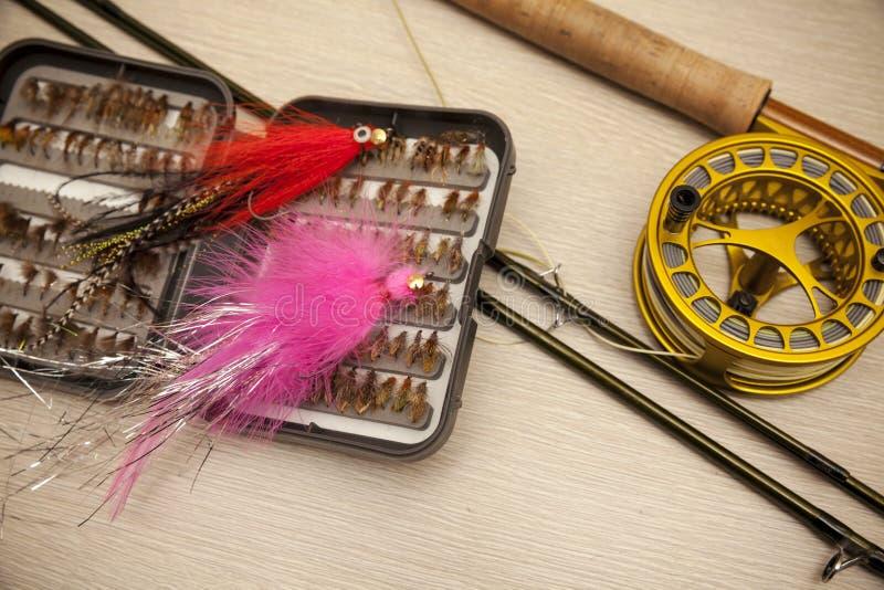 Equipo de la pesca con mosca imagenes de archivo