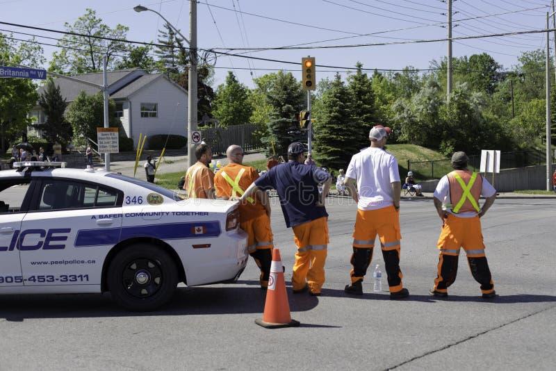 Equipo de la policía y de la seguridad en el medio del desfile de observación de la ciudad del camino que viene foto de archivo