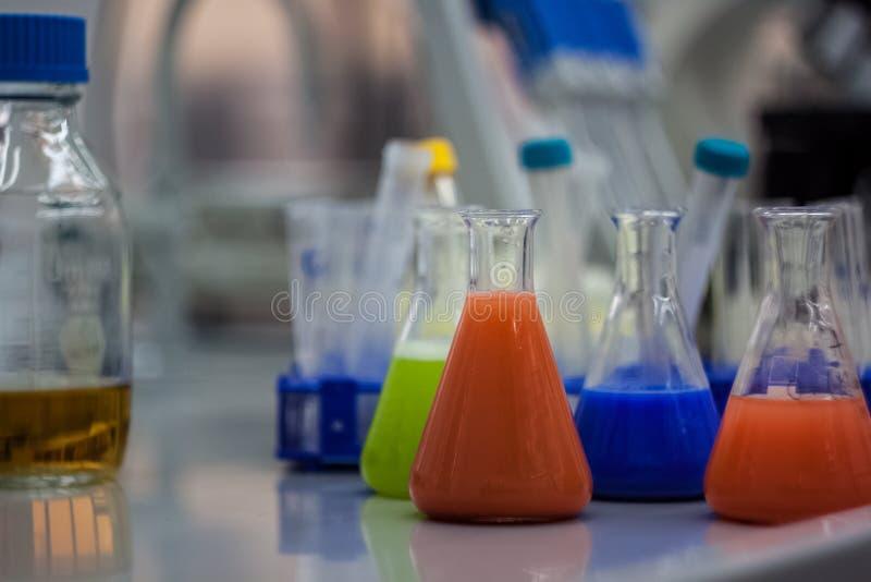 Equipo de laboratorio biotecnológico para la investigación Frascos, bott foto de archivo