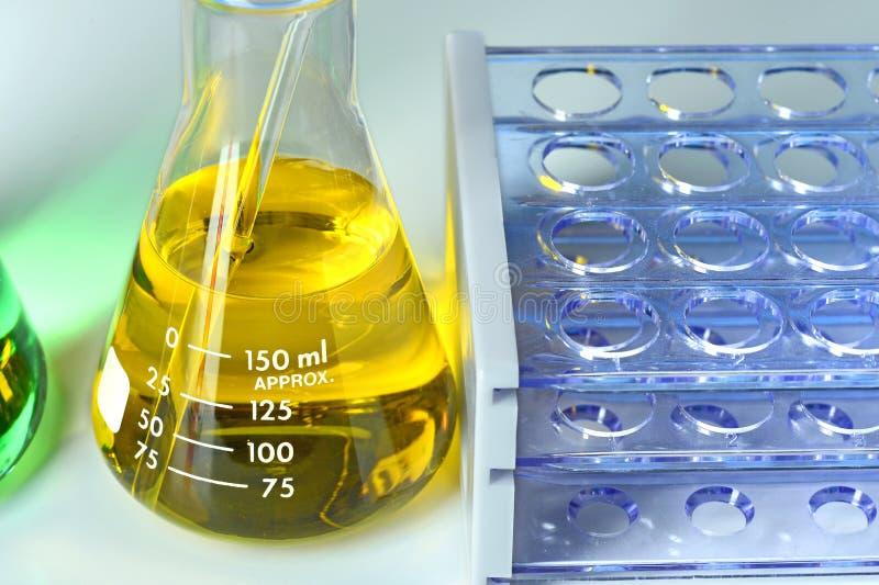 Equipo de laboratorio en la tabla fotos de archivo