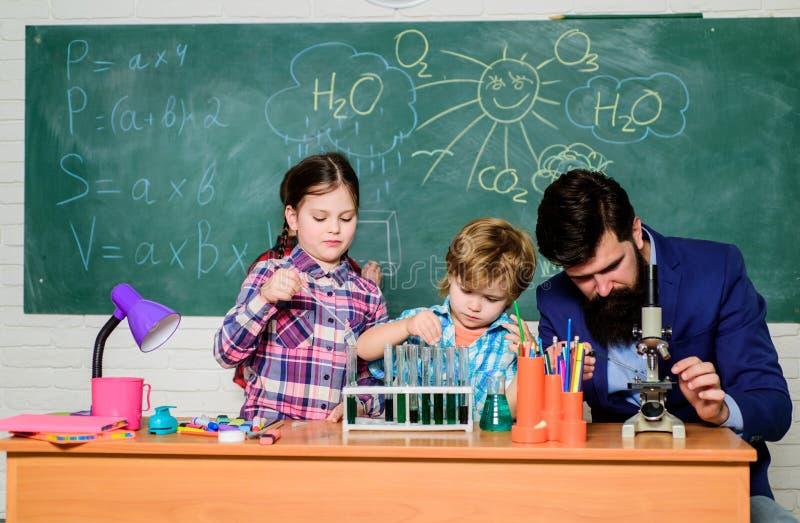 Equipo de laboratorio de la escuela de la biolog?a Educaci?n de la biolog?a Microscopio De nuevo a escuela experimentación con la imagen de archivo libre de regalías