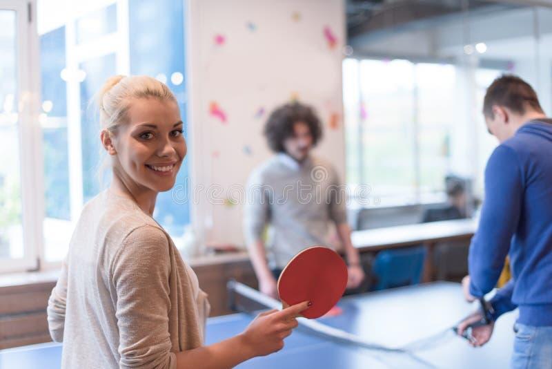 Equipo de lanzamiento del negocio que juega a tenis del ping-pong imágenes de archivo libres de regalías