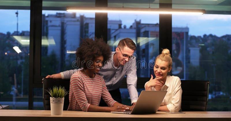Equipo de lanzamiento multiétnico del negocio en oficina de la noche fotos de archivo libres de regalías