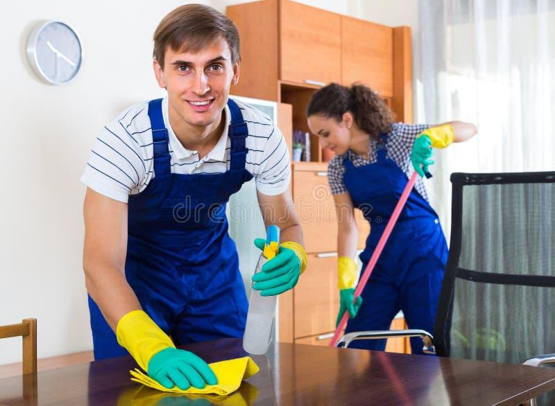 Equipo de limpiadores profesionales en oficina fotografía de archivo libre de regalías