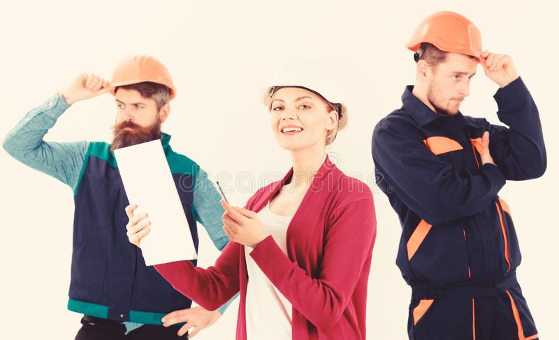 Equipo de los arquitectos, constructores con el encargado de la mujer, imagen de archivo