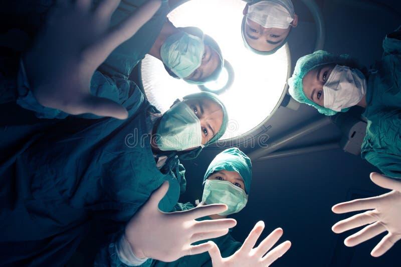 Equipo de los cirujanos foto de archivo