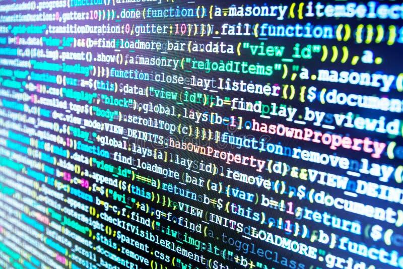 Equipo de los compañeros de trabajo en oficina moderna Códigos del sitio web en el monitor de computadora Fondo abstracto del sof foto de archivo libre de regalías