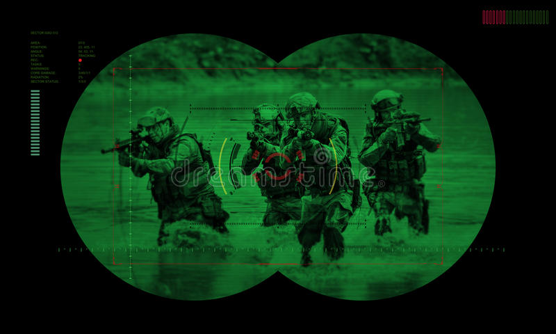 Equipo de los guardabosques durante rescate del rehén de la operación de noche visión a través imágenes de archivo libres de regalías