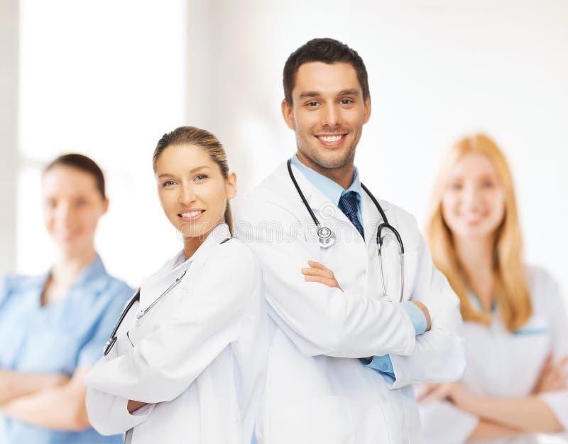 Equipo de los jóvenes o grupo de doctores fotografía de archivo
