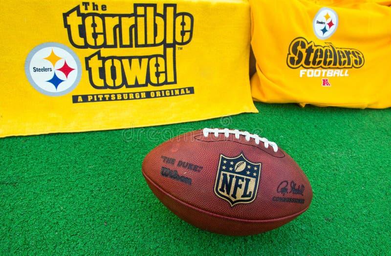 Equipo de los Pittsburgh Steelers del NFL con el bal del funcionario del NFL foto de archivo