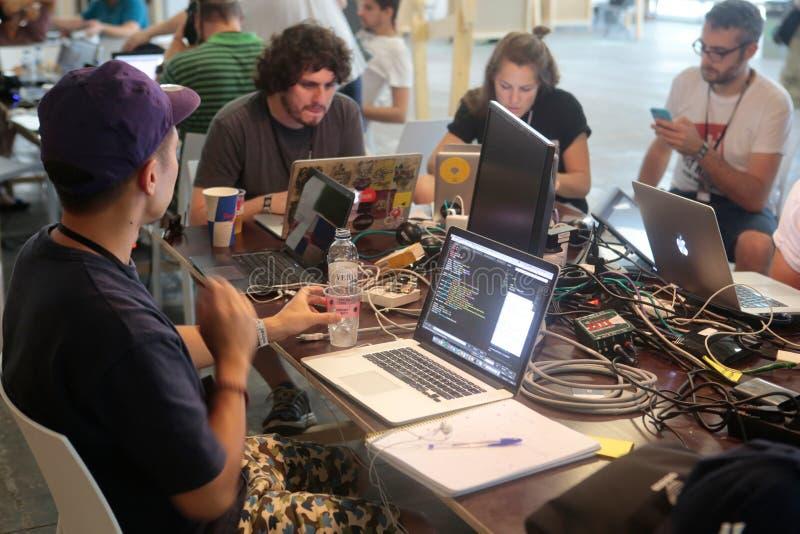 Equipo de los programadores de Coworking en el trabajo foto de archivo
