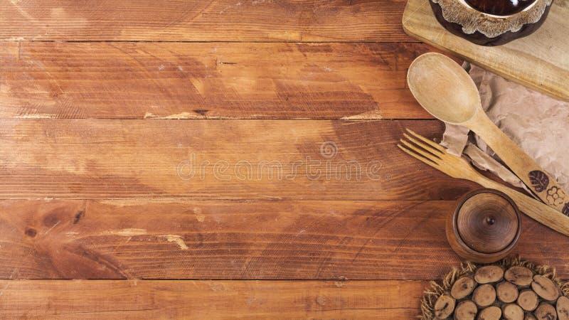 Equipo de madera de la cocina en un fondo de madera oscuro Visi?n desde arriba imagen de archivo libre de regalías