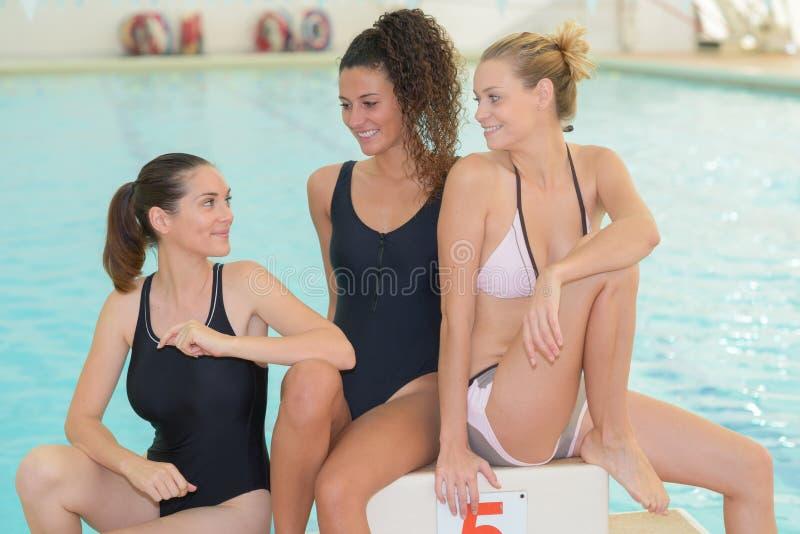 Equipo de natación en piscina imagen de archivo