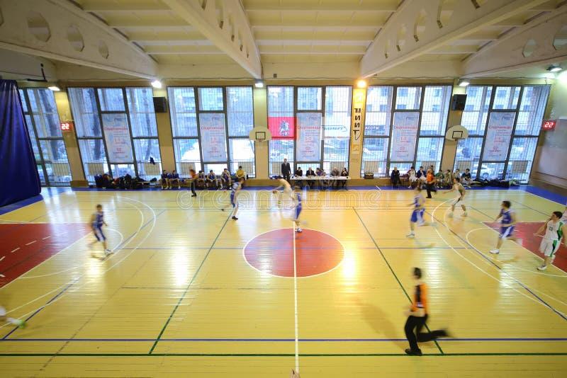Equipo de NGAVT contra un juego de baloncesto opuesto del juego fotos de archivo