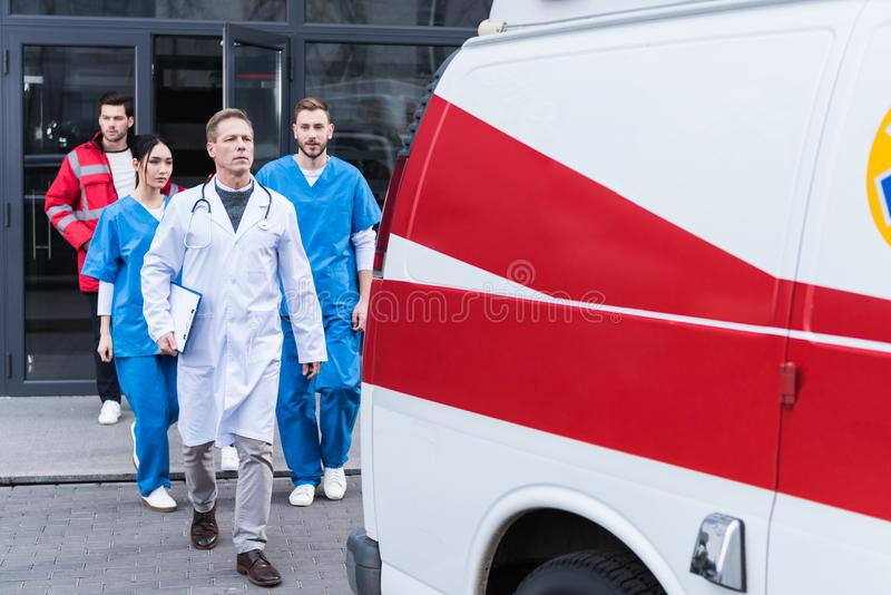 equipo de paramédicos con el doctor que va de hospital a imagen de archivo libre de regalías