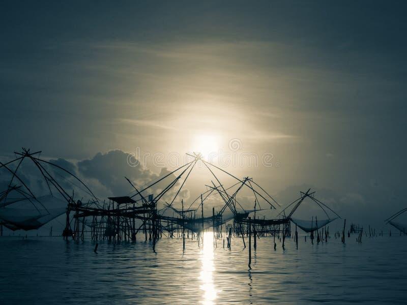 Equipo de pesca tailandés de la elevación del traddition de la silueta en li de la mañana imágenes de archivo libres de regalías