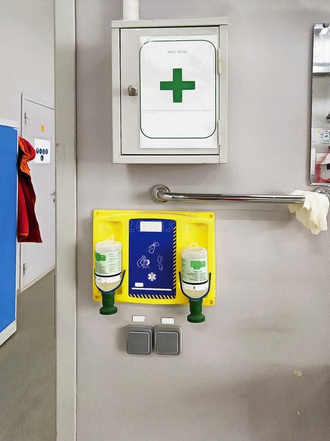 Equipo de primeros auxilios médico en la pared imágenes de archivo libres de regalías
