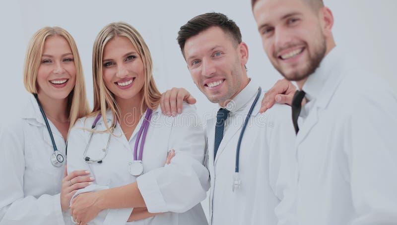 Equipo de profesionales médicos que trabajan en la oficina médica foto de archivo