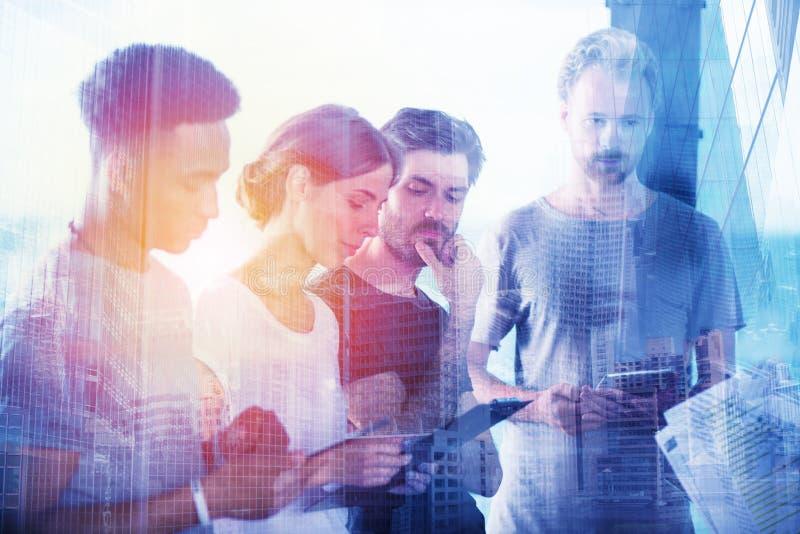 Equipo de proyecto de la opinión de los hombres de negocios sobre la tableta Concepto de cooperación y de tecnología fotografía de archivo libre de regalías