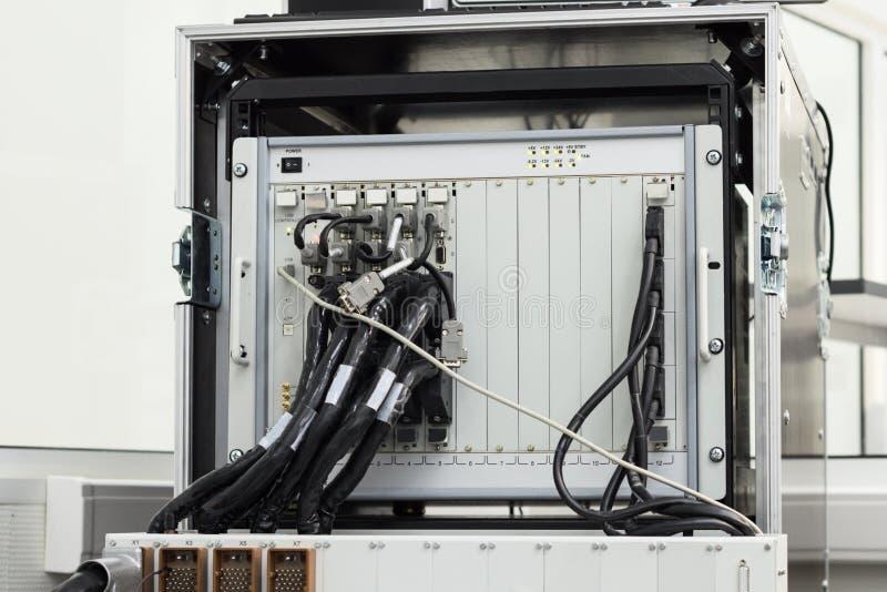 Equipo de prueba para comprobar y supervisar los cables y los conectores electrónicos imagen de archivo