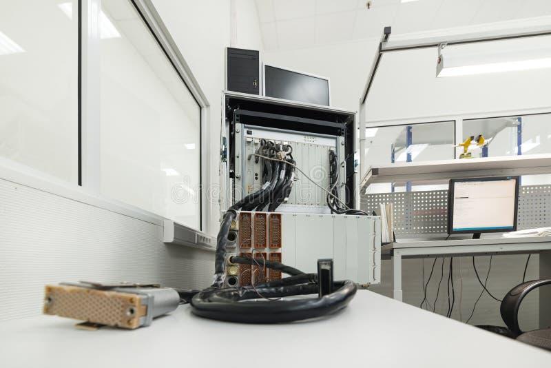 Equipo de prueba para comprobar y supervisar los cables y los conectores electrónicos foto de archivo libre de regalías