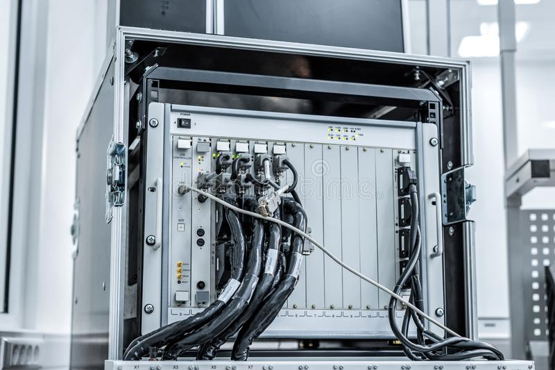 Equipo de prueba para comprobar y supervisar los cables y los conectores electrónicos imagenes de archivo
