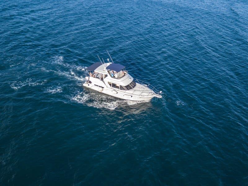 Equipo de rescate del barco de motor del servicio de emergencia del mar aislado en ² del océano Ð imagenes de archivo