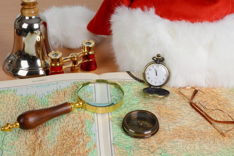 Equipo de Santa Claus Vidrio magnífico, vidrio de espía, compás, mapa, vidrios, sombrero, binocular, campana imágenes de archivo libres de regalías