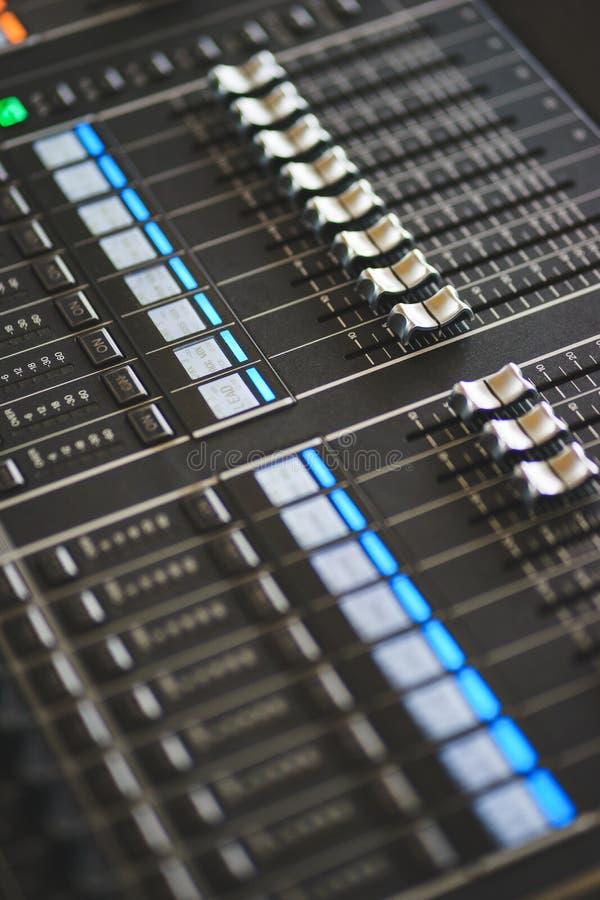 Equipo de sonido, consola de mezcla grande para el productor sano imagen de archivo