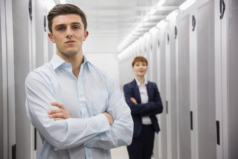 Equipo de técnicos del ordenador que miran la cámara imagen de archivo libre de regalías