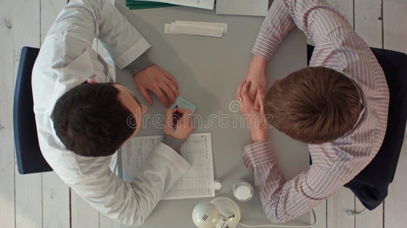 Equipo de Timelapse de doctores que tienen una reunión en oficina médica Visión superior imagen de archivo