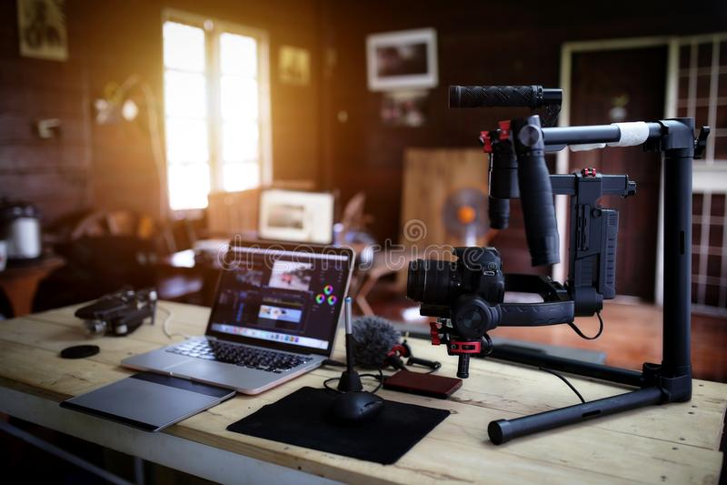 Equipo de Vlogger para filmar una película o un blog video imagen de archivo libre de regalías
